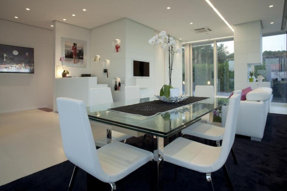 Modish jadalnia szklany stół białe krzesła | Inspiracje wnętrza | Pinhouse EF15