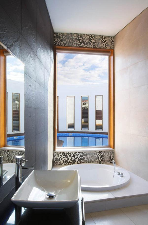 mała łazienka z oknem  Inspiracje wnętrza  Pinhouse