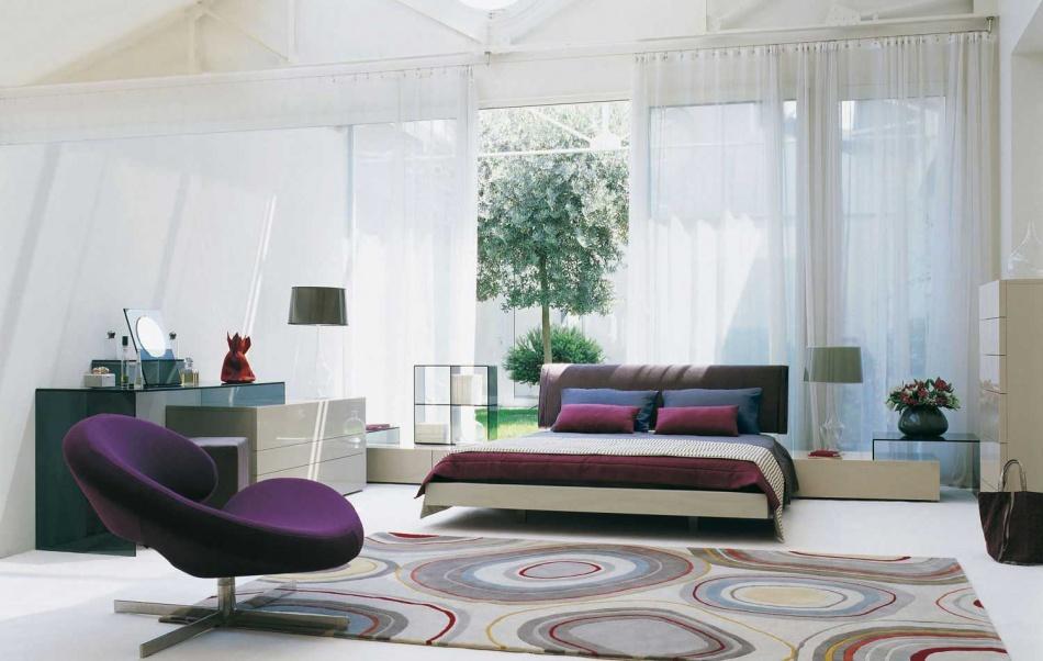 nowoczesna jasna sypialnia z fioletowym akcentem  Inspiracje wnętrza  Pinhouse