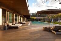 duży drewniany taras z basenem