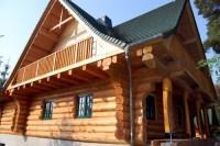 Montaż okien drewnianych w domu z bali