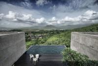nowoczesny kamienny taras z basenem