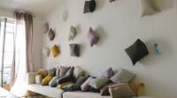 ściana udekorowana poduszkami