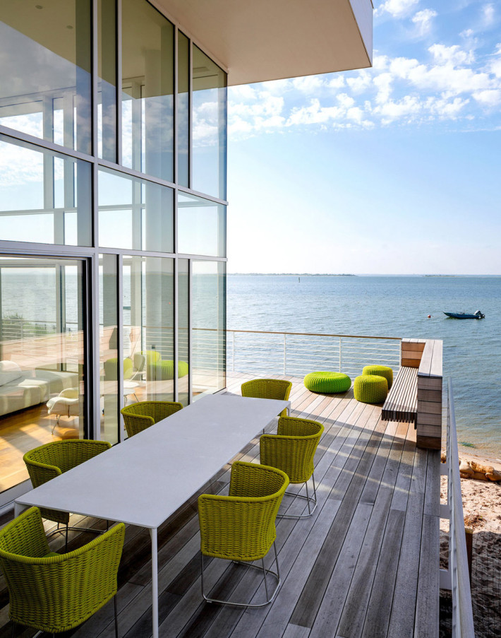 drewniany taras z widokiem na morze