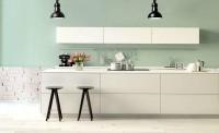 Delikatna kuchnia w bieli z dodatkiem pasteli