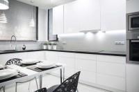 Delikatna kuchnia w bieli i czerni