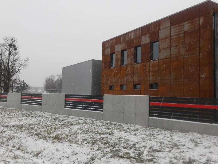 Ogrodzenie aluminiowe z betonem architektonicznym