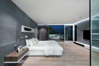 duża sypialnia szara ściana