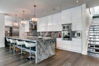 biała nowoczesna kuchnia marmury