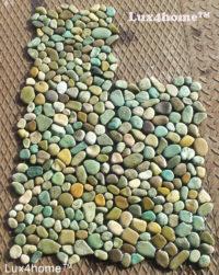 Mozaika kamienna z zielonych otoczaków – mozaiki z otoczaków na siatce