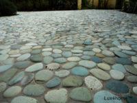 Mozaika z otoczaków – zielone otoczaki na siatce