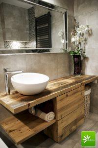 Szafka łazienkowa z drewna rustykalnego.