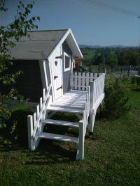Klasyczny domek dla dzieci z tarasem
