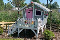 Drewniany domek dla dzieci w pastelowych barwach