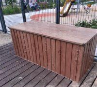 Metalowa skrzynia ogrodowa imitująca drewno