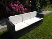 3-osobowa sofa ogrodowa na tle hortensji