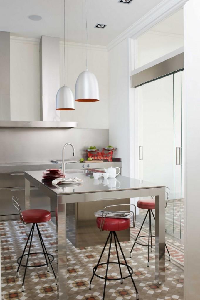 minimalistyczna-kuchnia-stol-stal